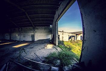 Almacén de Ladrillos Abandonado